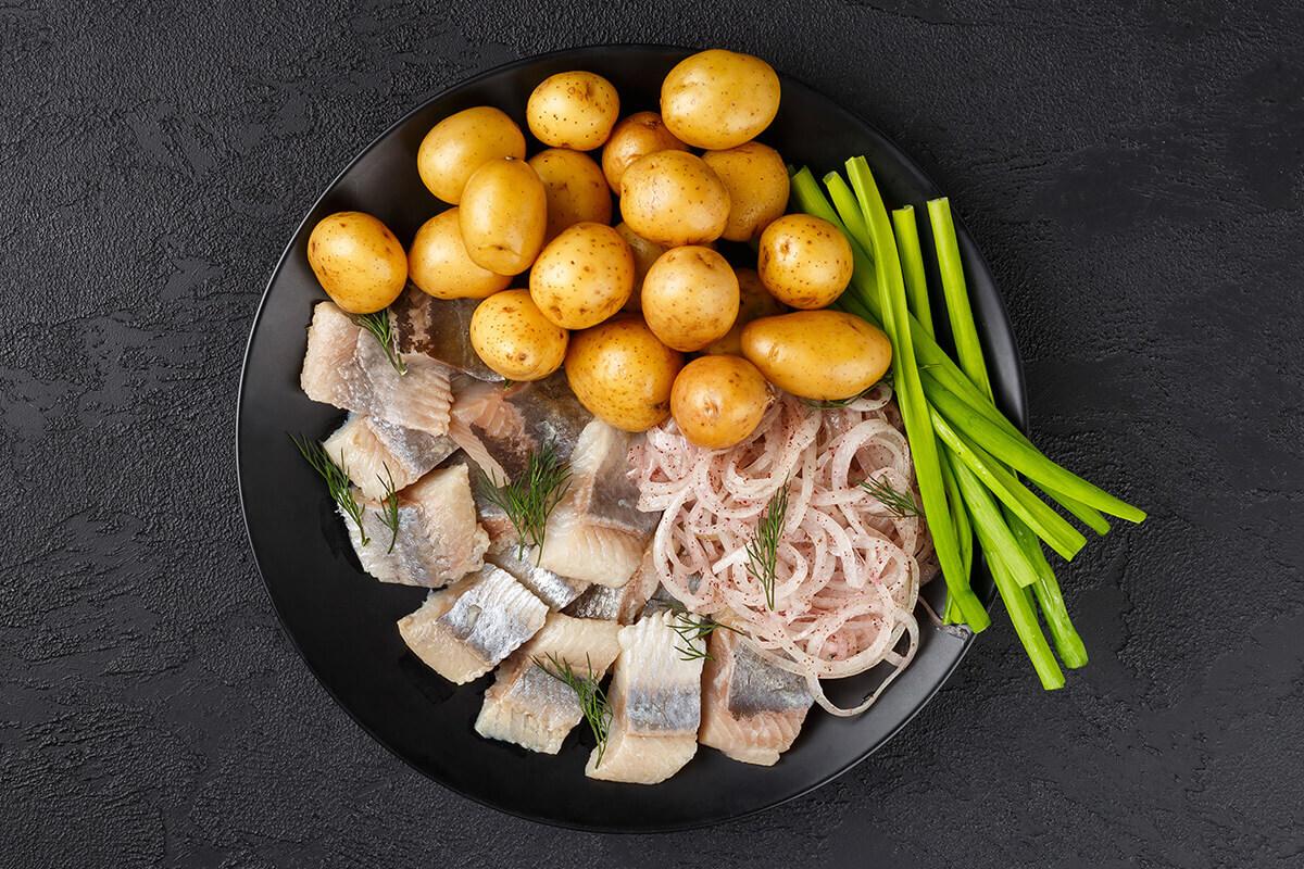 Сельдь с молодым картофелем и красным луком