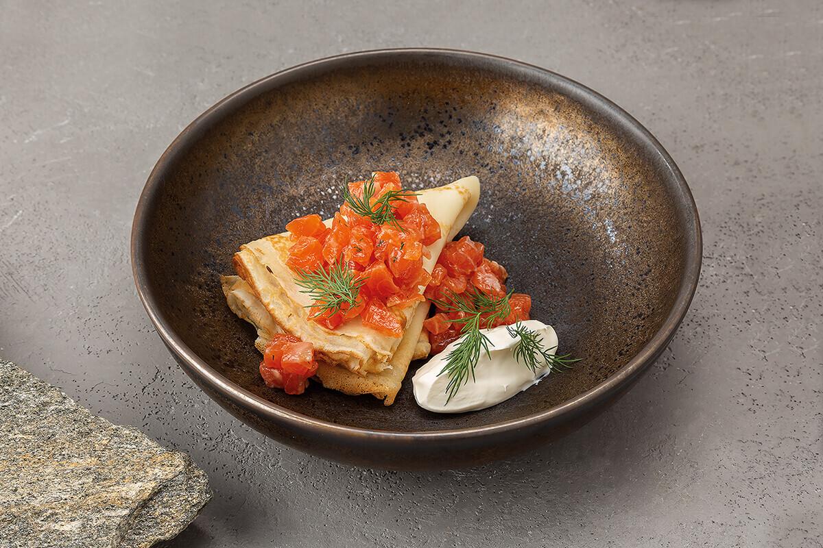 Блины с тартаром из лосося