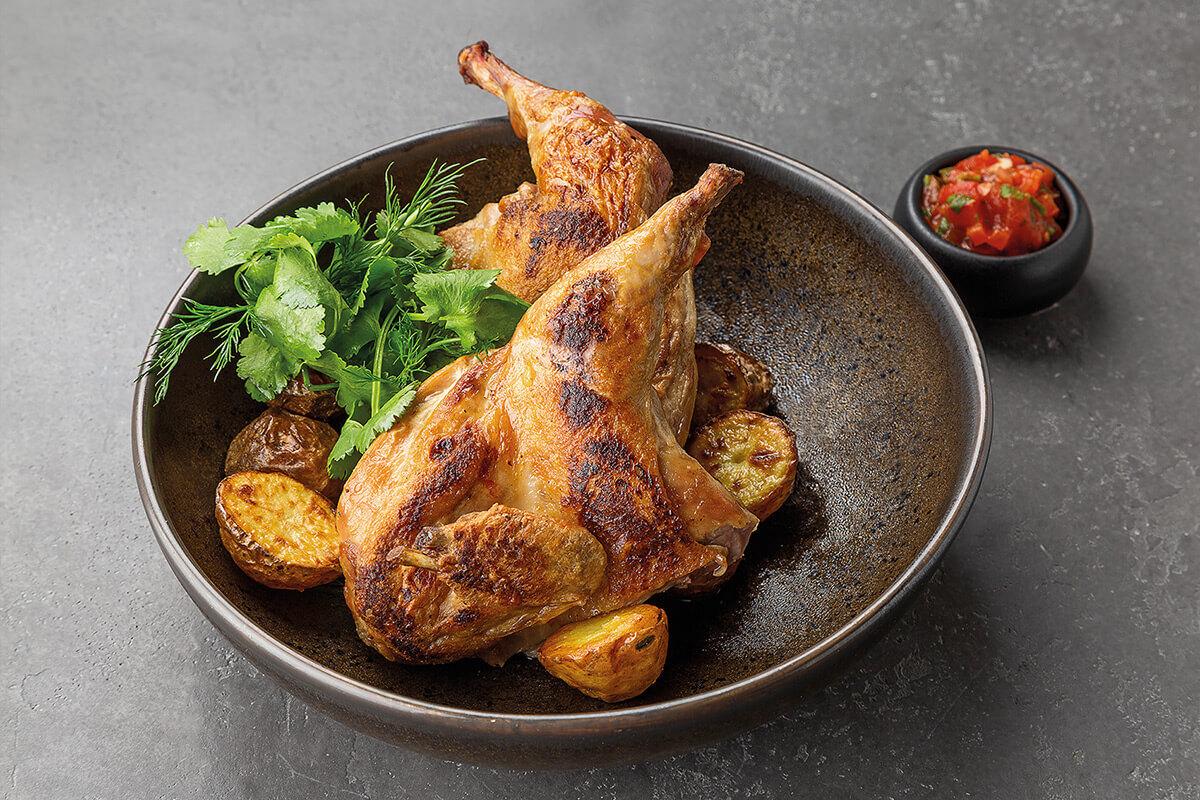 Цыплёнок корнишон, маринованный в травах, с домашним лечо