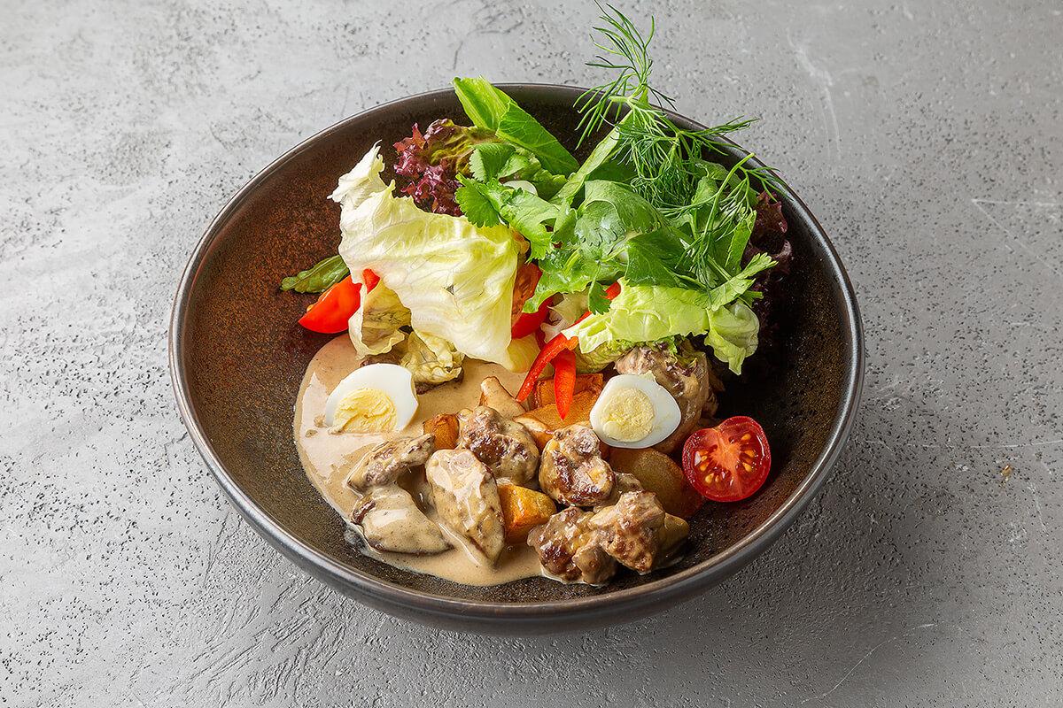 Тёплый салат с куриной печенью и картофелем