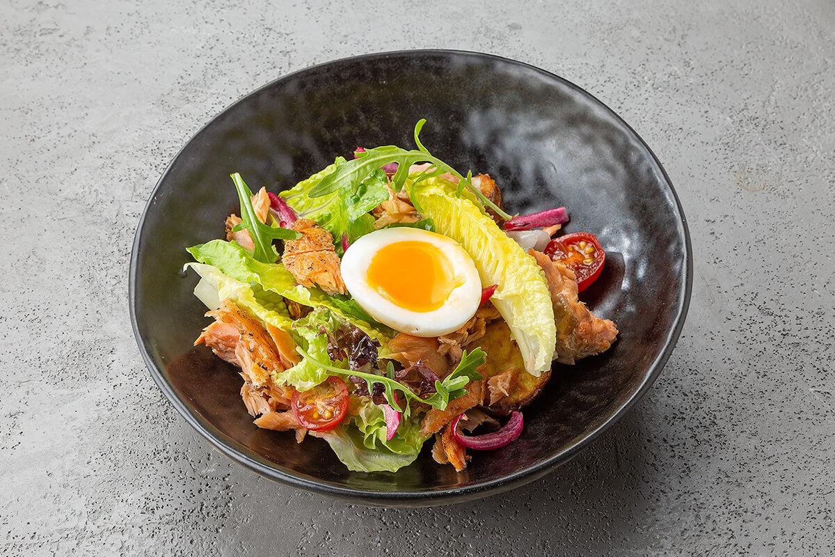 Салат с красной рыбой горячего копчения