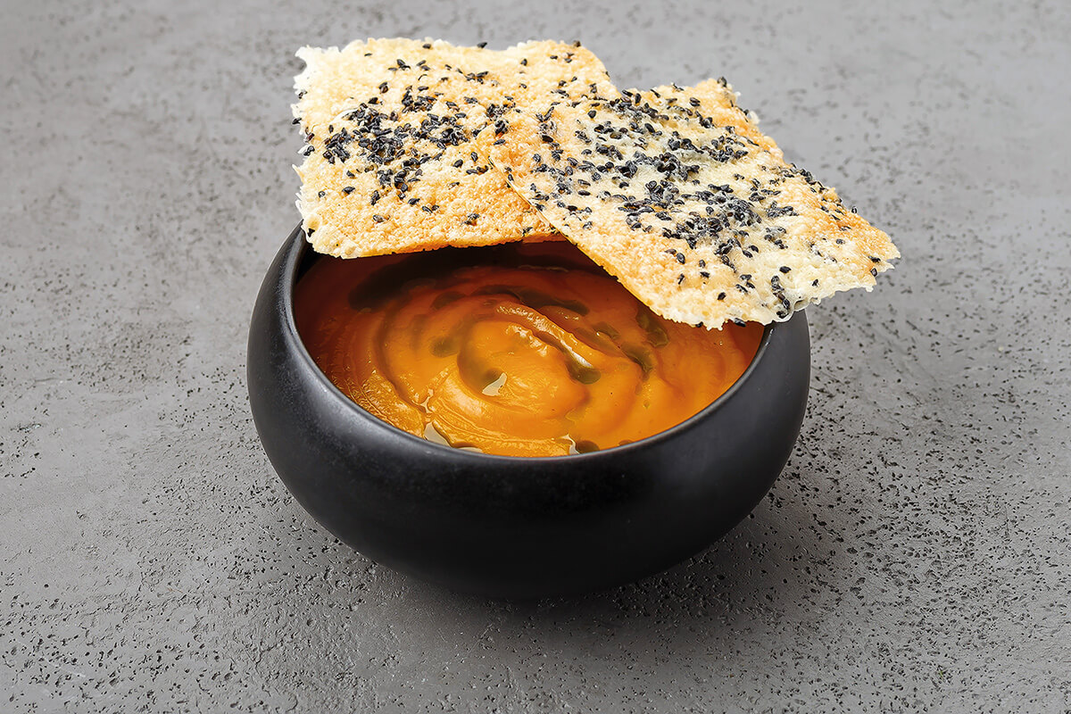 Тыквенный крем-суп с трюфельным маслом и чипсами из сыра пармезан